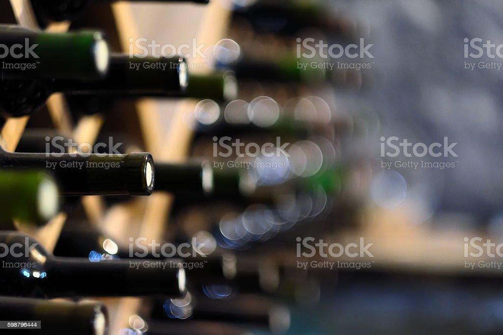 Garrafas de vinho em prateleiras de madeira empilhada - foto de acervo