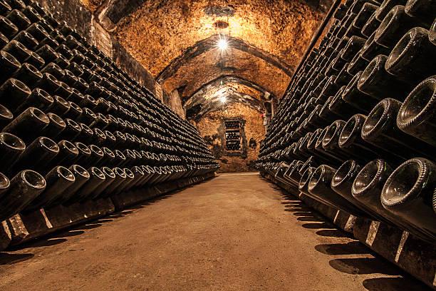 wine weinkeller - weinkeller bauen stock-fotos und bilder