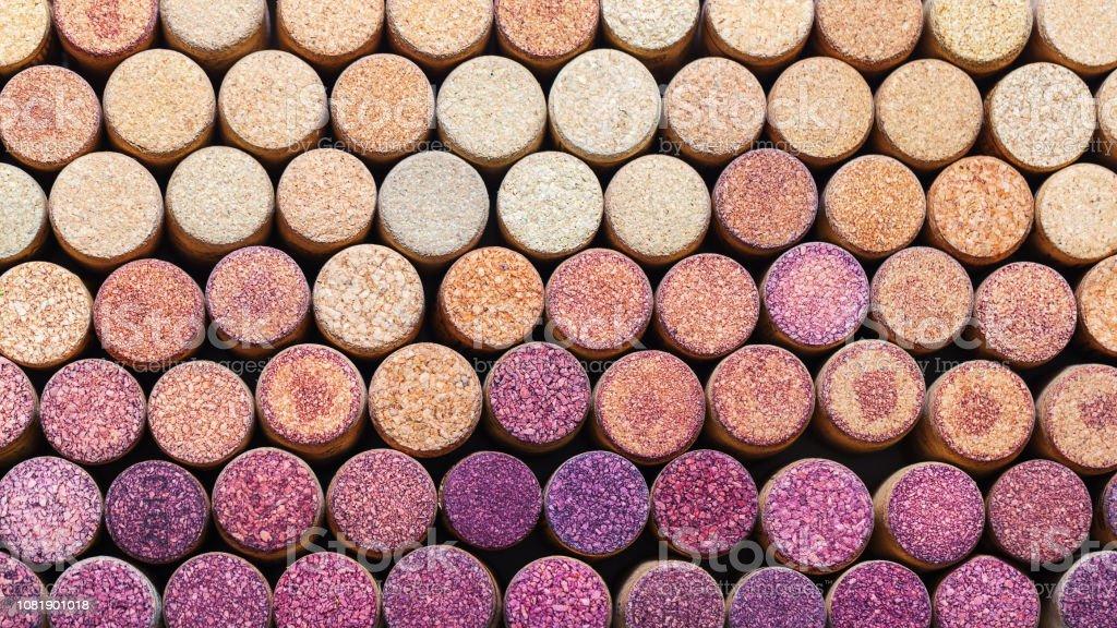Des bouchons de vin fond horizontal. Plan des bouchons de vin utilisés. Changement de couleur du rouge au blanc. Taquet de vin. - Photo