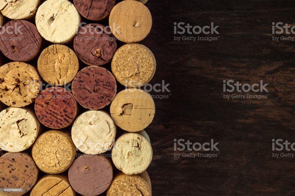 Bouchons de vin sur la texture en bois foncée avec fond - Photo