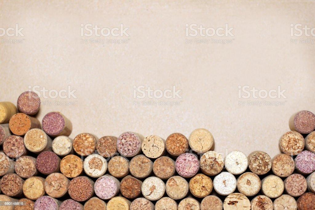 Bouchons de vin sur fond de papier pour votre texte - Photo