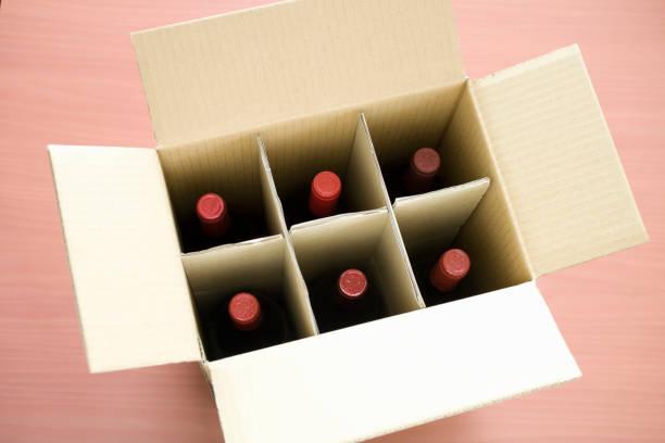 vin leverans wellpapp kartong - wine box bildbanksfoton och bilder