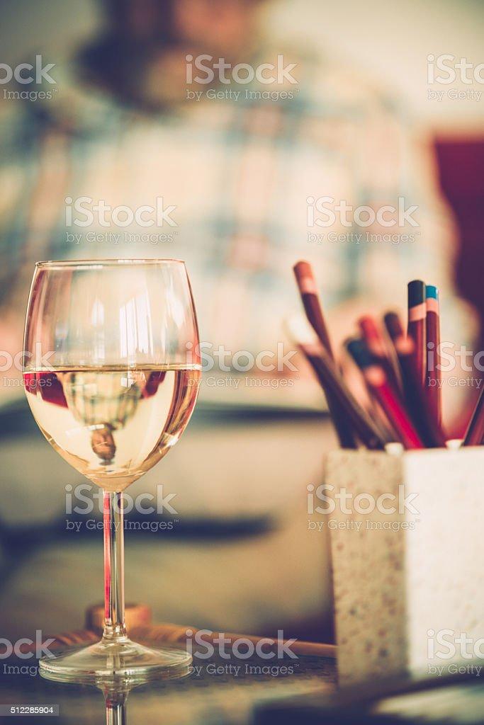 вино стекла и старший мужчина книжкараскраска для дома