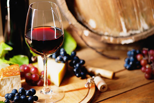 Wine glass, cheese, grapes and barrel – Foto