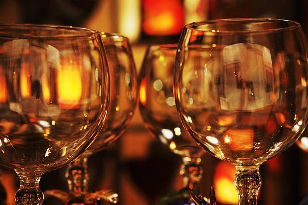 wein glas gourmet-restaurant - kücheneinrichtung nostalgisch stock-fotos und bilder