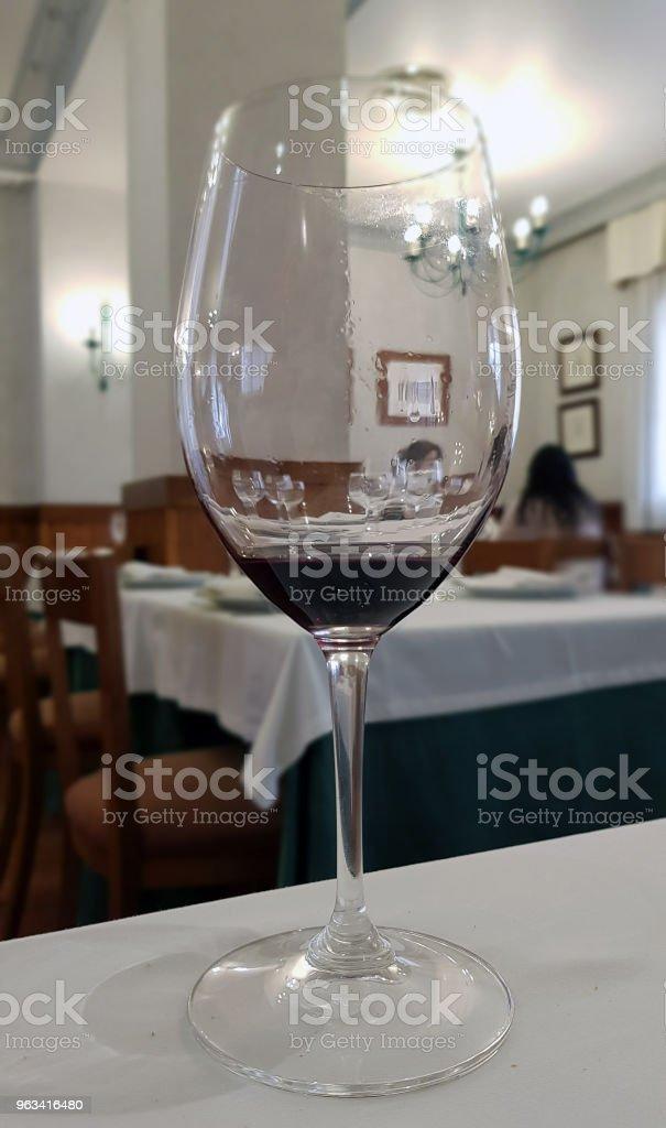 kieliszek do wina w połowie pełny - Zbiór zdjęć royalty-free (Alkohol - napój)