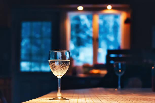 Glas Wein auf dem Tisch – Foto