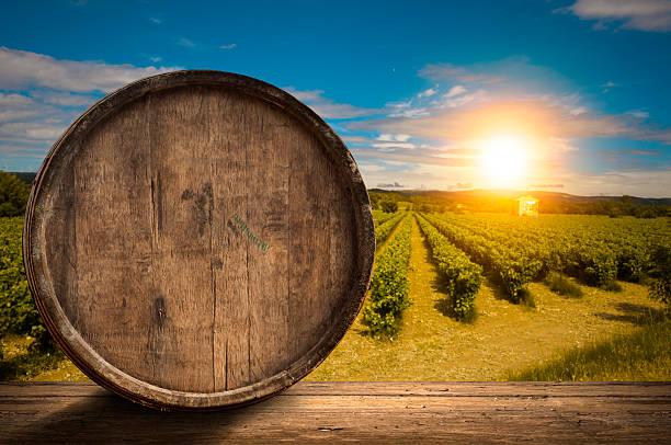 Weinglas auf hölzern Fass – Foto