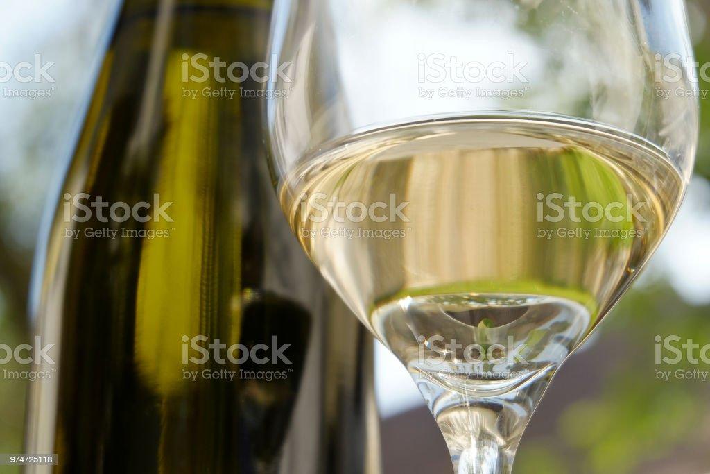 Weinglas mit Weißwein vor eine Flasche - Wachau - Österreich – Foto