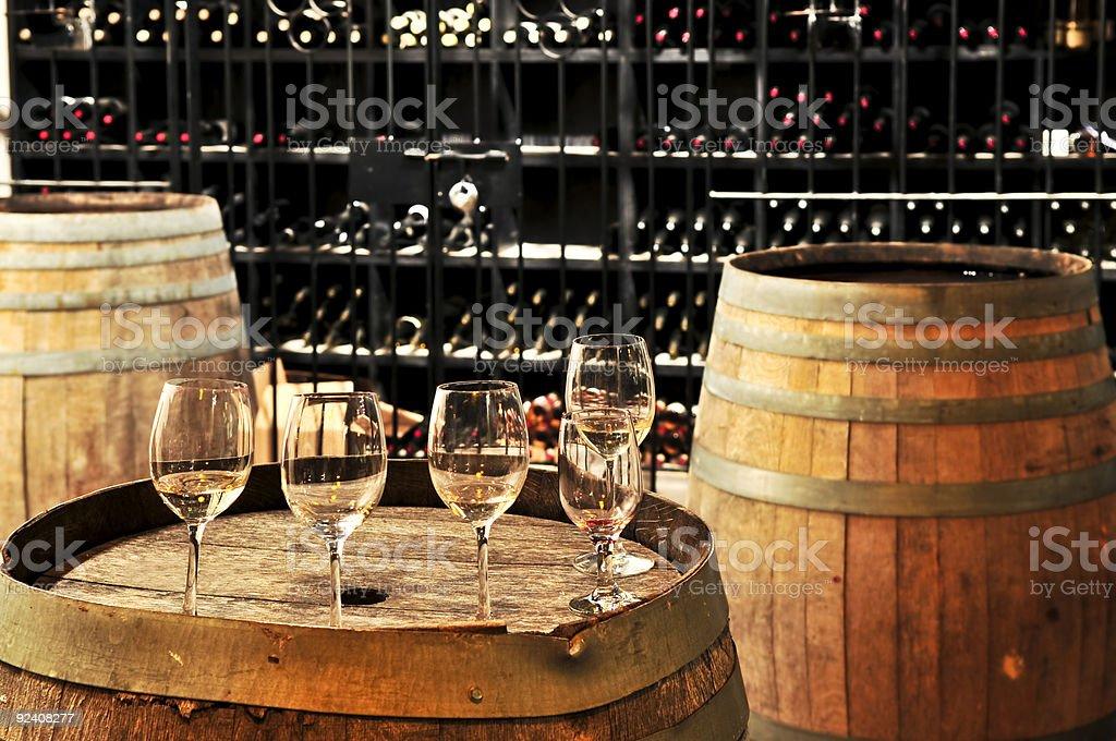 Taças de vinho e barris - foto de acervo