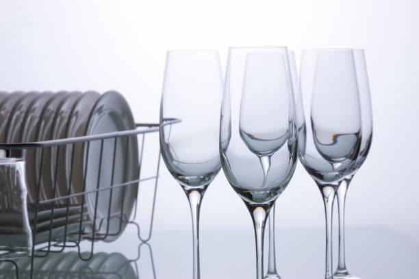 gläser wein und speisen - glaswaschtisch stock-fotos und bilder