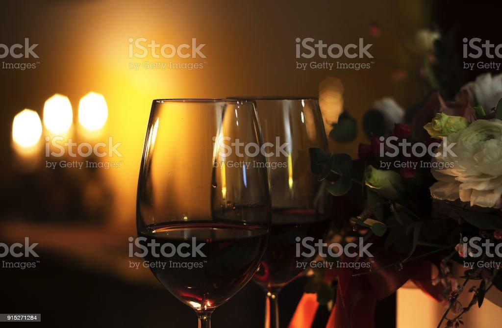 Weinglaser Kerze Blumen Restaurant Tischdekoration Romantischen