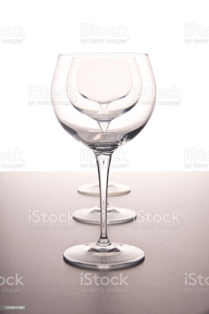 Wein Gläser in einer Reihe auf einem weißen Hintergrund – Foto