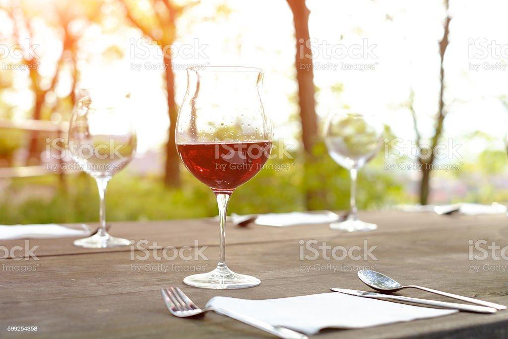 Bicchieri di vino su un tavolo di legno nella campagna - foto stock