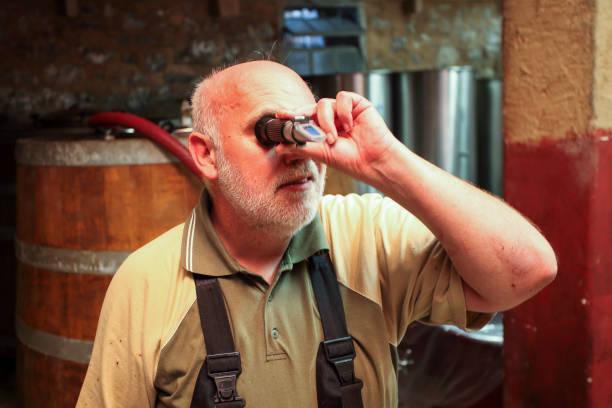 Ein Weinwinzer mit Refraktometer – Foto