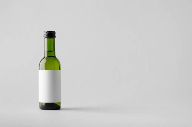 quartal/mini weinflasche mock-up. leeres etikett - mini weinflaschen stock-fotos und bilder