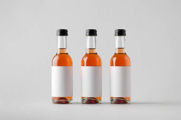 quartal/mini weinflasche mock-up-drei flaschen. leeres etikett - mini weinflaschen stock-fotos und bilder