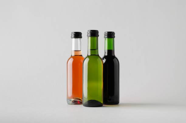 quartal/mini weinflasche mock-up-drei flaschen - mini weinflaschen stock-fotos und bilder