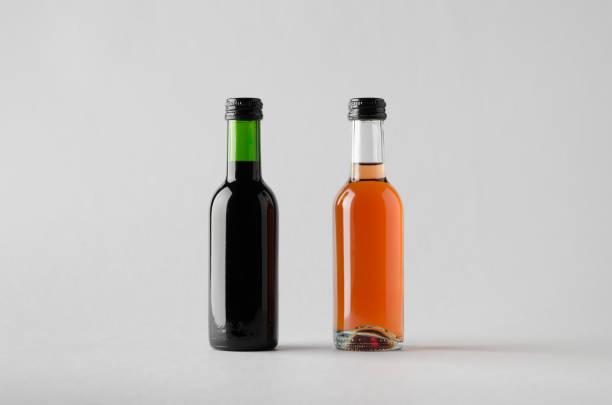quartal/mini weinflasche mock-up-zwei flaschen - mini weinflaschen stock-fotos und bilder