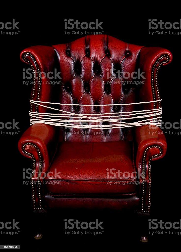 Vino rojo silla de cuero con sumisión de cuerda - foto de stock