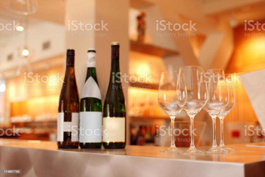 La degustación de vinos en un moderno Bar de la ciudad de Nueva York - foto de stock