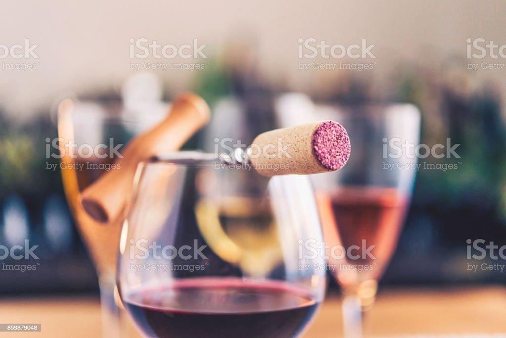 Dégustation à thème. Verres de vin et tire-bouchon - Photo