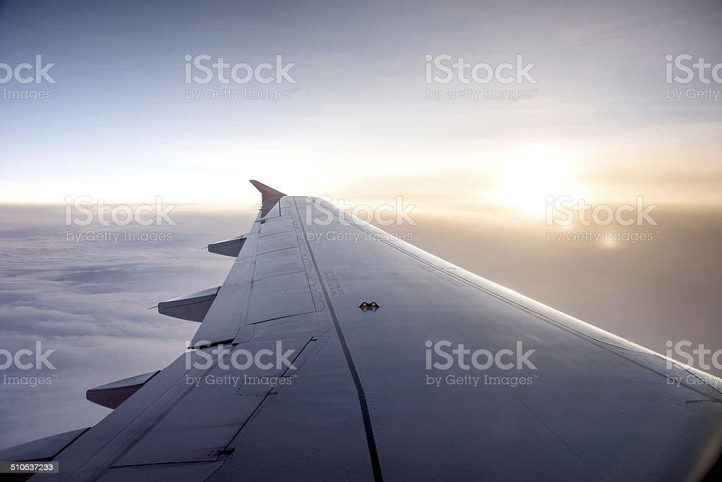 Flügel einem Flugzeug am Himmel – Foto
