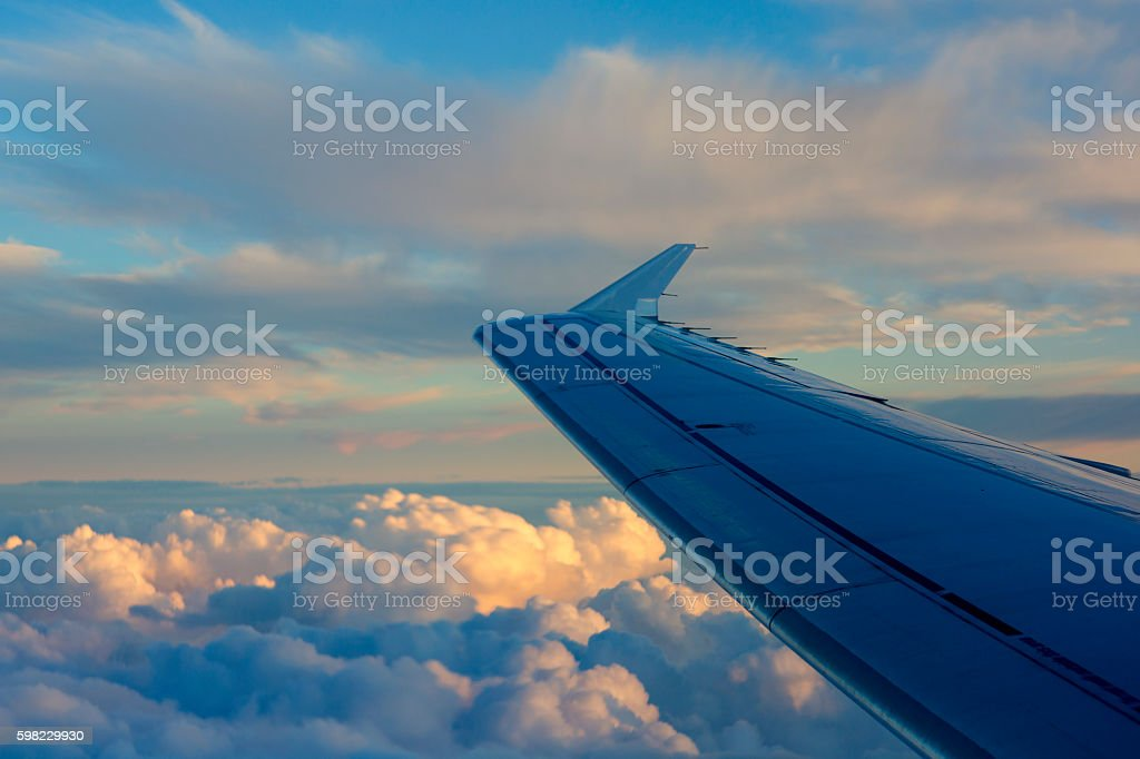 Wing of the plane on sky background during sunset. foto royalty-free