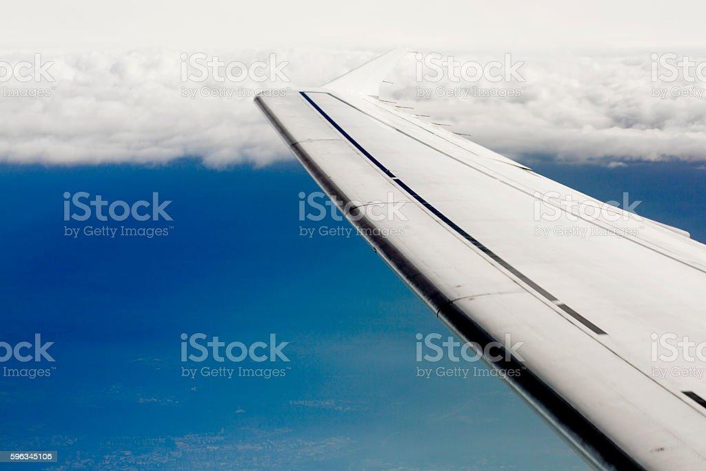 Flügel des Flugzeug am Himmel Hintergrund Lizenzfreies stock-foto