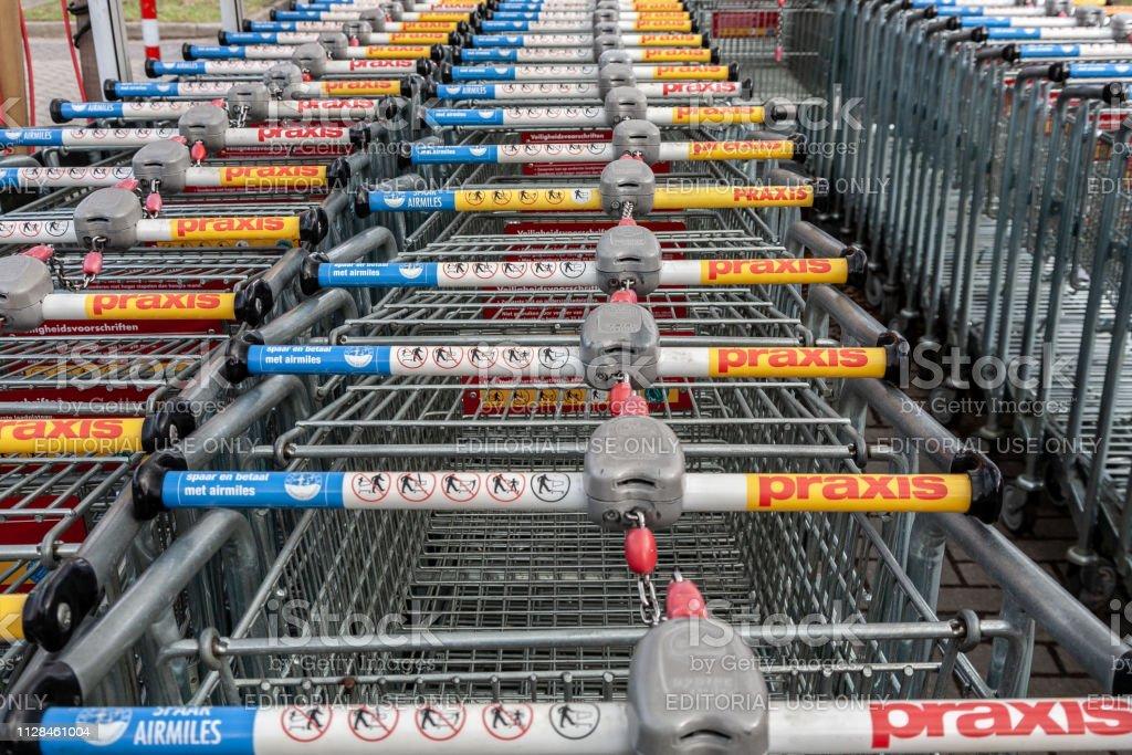 Winkelwagens bij de Praxis winkel in Amersfoort, Nederland-2019 foto