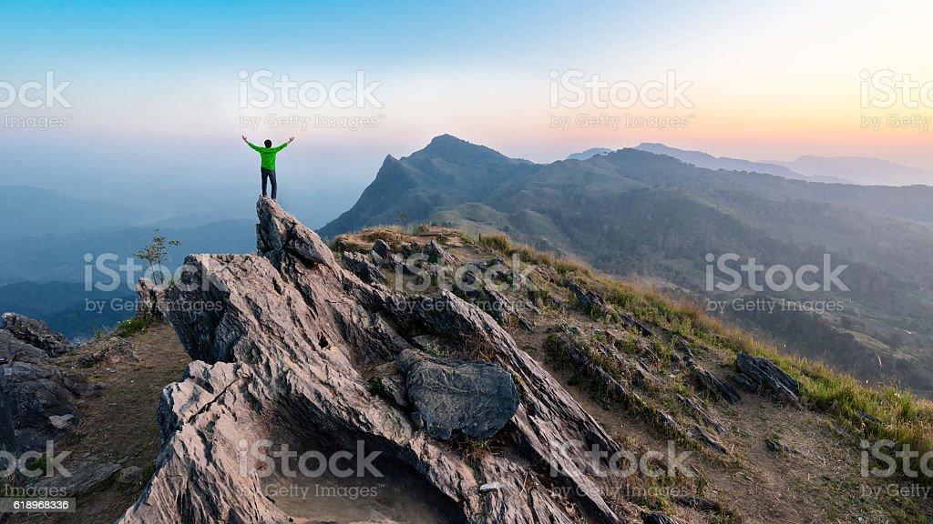Winner man on peak of rocks mountain Hike at sunset – Foto