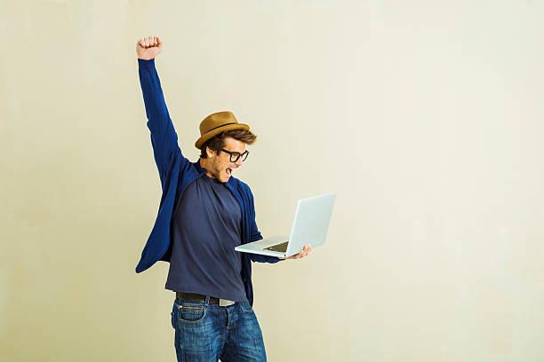 Gewinner junger Mann mit laptop – Foto