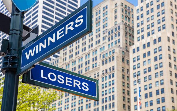 Gewinner Verlierer Kreuzung Straßenschild. Hochhaus-Hintergrund, – Foto