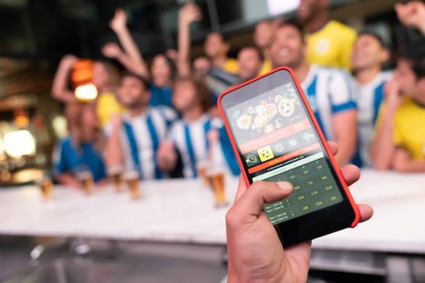 het winnen van een on line inzet op een voetbalwedstrijd - gaming stockfoto's en -beelden