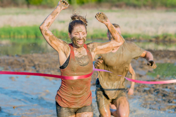 winnende viering - obstacle run stockfoto's en -beelden