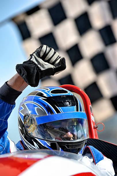 Preisgekrönte racing driver mit Flagge – Foto
