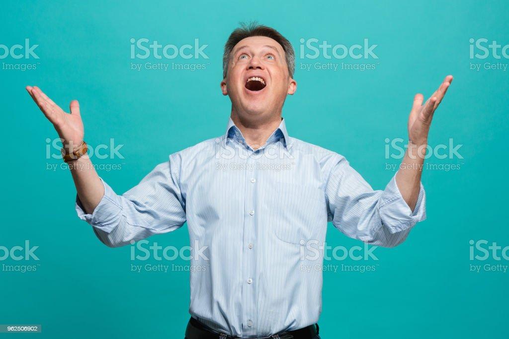 Ganhar sucesso homem feliz em êxtase celebrar ser um vencedor. Dinâmica energética imagem do modelo masculino - Foto de stock de Adulto royalty-free