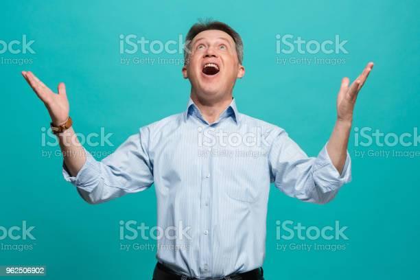 Foto de Ganhar Sucesso Homem Feliz Em Êxtase Celebrar Ser Um Vencedor Dinâmica Energética Imagem Do Modelo Masculino e mais fotos de stock de Adulto