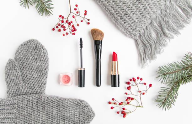 winterzubehör collage mit kosmetik und kleidung auf weißem hintergrund. flach legen, top aussicht - wollschal stock-fotos und bilder