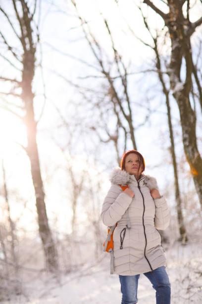 winter-abenteuer - gute winterjacken stock-fotos und bilder