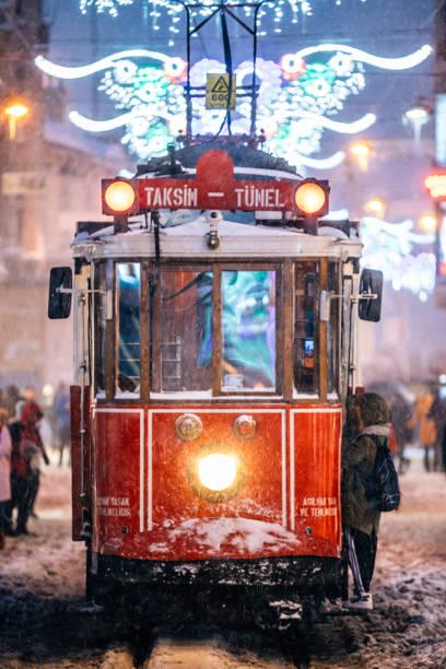 vintern och röda spårvagn i istiklal street, beyoglu, istanbul. - istiklal avenue bildbanksfoton och bilder