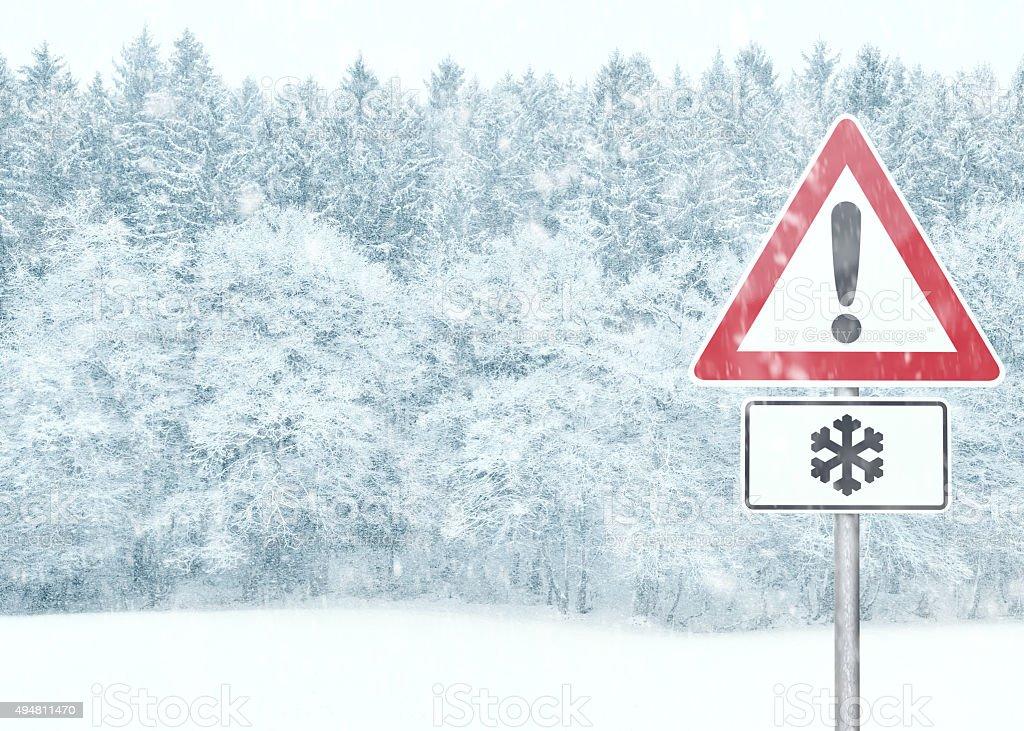 Winter Hintergrund mit verschneiten Landschaft mit Warnschild – Foto
