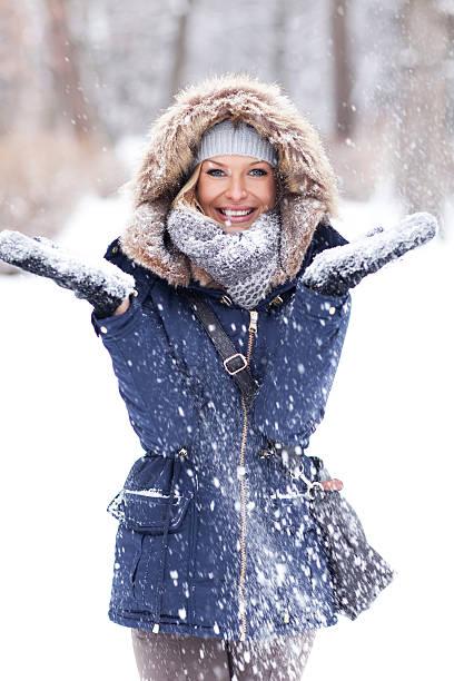 winter schönheit. - gute winterjacken stock-fotos und bilder