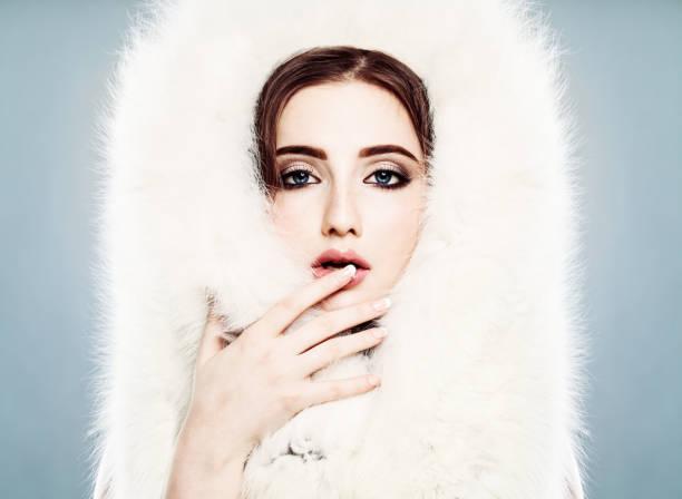 winter beauty. schöne winter-frau mit make-up. gesicht closeup - blaues augen make up stock-fotos und bilder