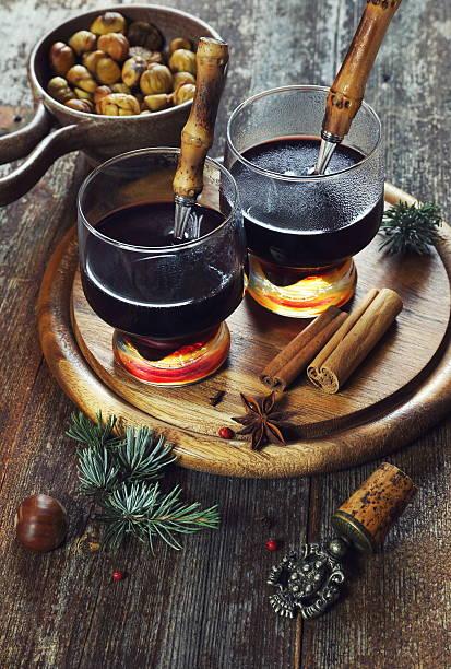 winter getränke: hot wein und gerösteten kastanien - heisse maroni stock-fotos und bilder