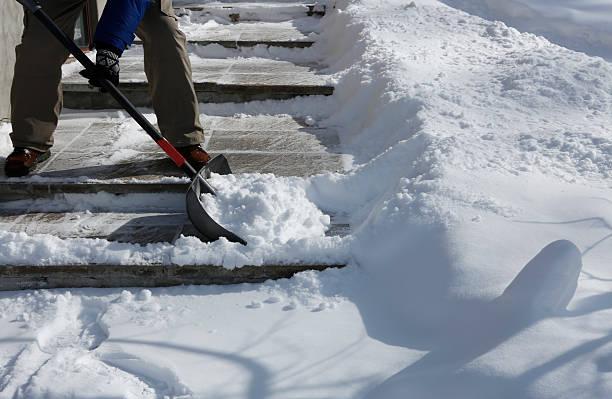 winter blizzard: cleaning the stairway - 鏟 個照片及圖片檔
