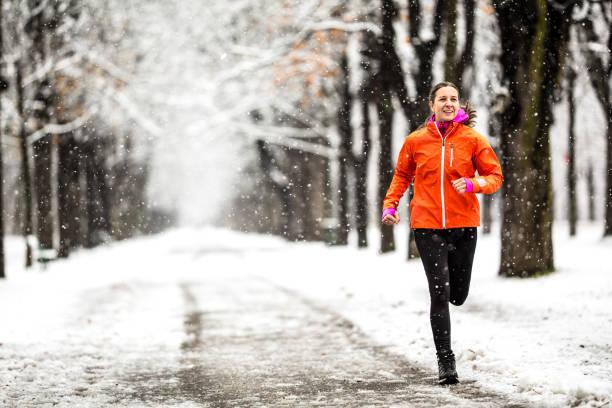 vintern bryter - 40 år gammal kvinna kör på landsväg genom gränd på kall vinterdag med snö och frost - winter austria train bildbanksfoton och bilder