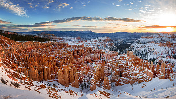 winter bryce canyon sunrise - bryce canyon national park stockfoto's en -beelden