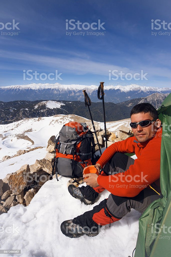 Winter camping in the mountains with a backpack and tent. photo libre de droits