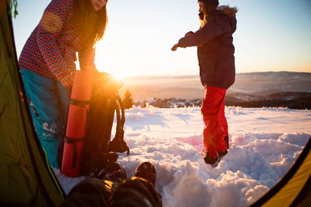 winter-camping - zelt stehhöhe stock-fotos und bilder